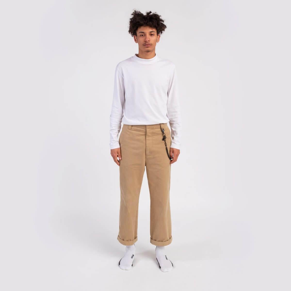 catena-nera-pantalone-ragazzo-fabbrica